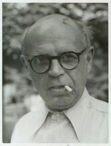 04_Palainco_Louis_Poulsen_Poul_Henningsen_PH_Table_Lamp_1950_Portrait